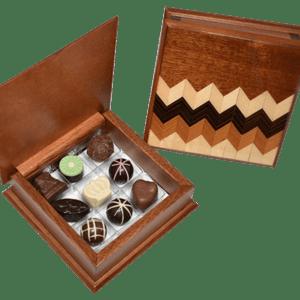 Caja de madera enchapada con 9 chocolates y/o trufas - Diseño 5